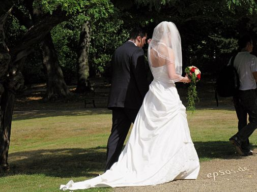 800px-Long_Wedding_Dress_for_Couple_with_Flowers EPSOS.de